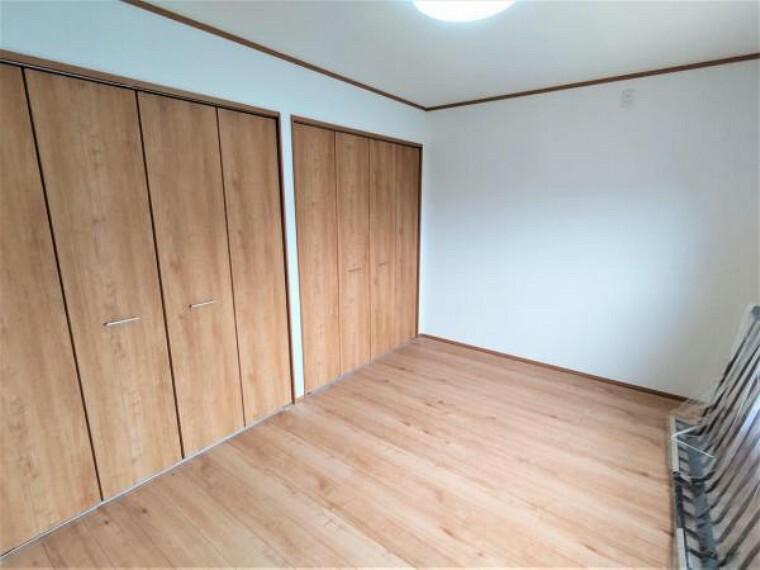 【6/13撮影 2階洋室】リフォーム中 2階6帖洋室です。床は明るい色のフローリングに張り替えました。壁と天井はクロスの張替えを行います。