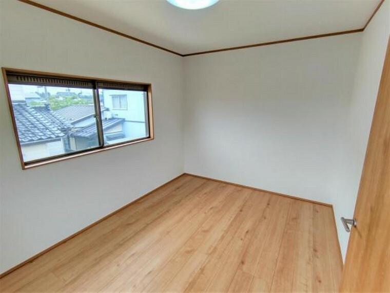 【6/13撮影 2階洋室】リフォーム中 2階6帖洋室です。床は新しくフローリングを張ります。壁と天井はクロスの張替えを行います。