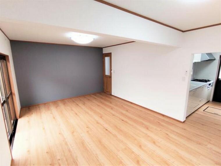 居間・リビング 【6/19撮影 LDK】1階キッチン横にある16.5帖のLDKです。床は明るい色のフローリングに張り替えました。窓からの陽光が心地よいので、家族団欒にぴったりの空間です。