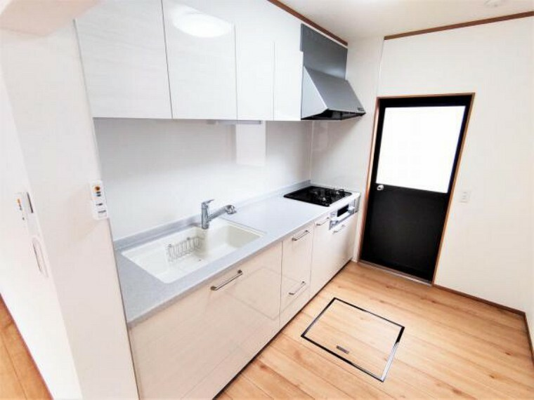 キッチン 【6/19撮影 キッチン】キッチンは永大産業製のシステムキッチンを新設しました。シンクは耐衝撃に優れ、割れにくい人工大理石。新品のキッチンで、毎日の家事も楽しみに変わりそうですね。