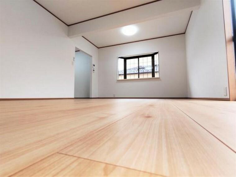 居間・リビング 【6/19撮影 1階LDK】1階キッチン横にある16.5帖のLDKです。床はちょっとリッチに住友林業クレスト社製の高機能フローリングに張り替えました。窓からの陽光が心地よいので、家族団欒にぴったりの空間です。