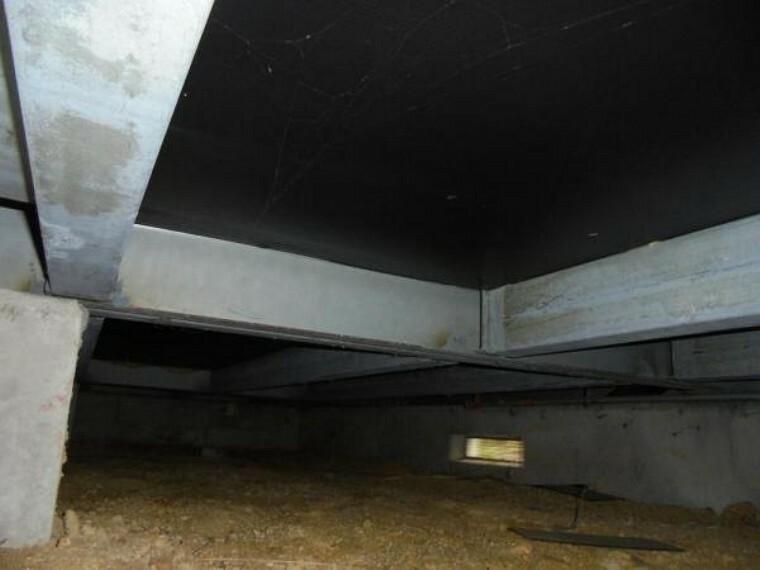 構造・工法・仕様 住宅に瑕疵(雨漏り、構造部分の欠陥や腐食など)があった場合は、弊社が引き渡しから2年間保証します。その前提で床下まで確認の上でリフォームし、シロアリの被害調査と防除工事もおこないます。