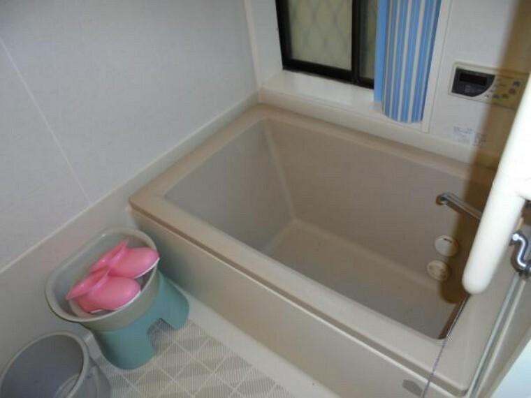 浴室 【リフォーム前】浴室は水栓金具を交換し、クリーニングを行います。