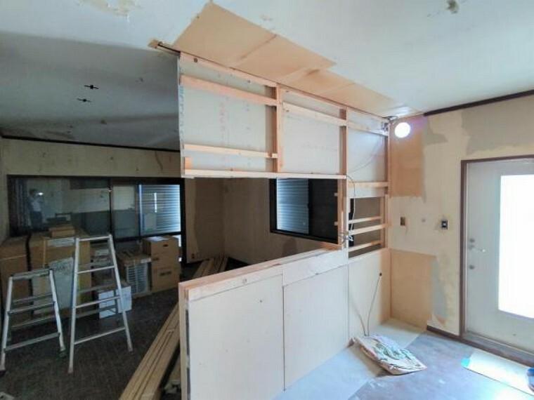 キッチン 【リフォーム中写真】キッチン 永大産業社製の新品の対面式キッチンと交換し、フローリング重ね張り、壁・天井はクロス張替え、照明(LED)新品交換行います。リビングでの家族の様子を伺いながら家事を行えるので安心ですね。