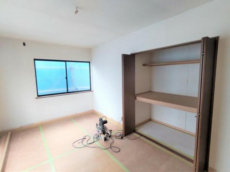 【リフォーム中】2面採光でお部屋自体電気をつけなくても明るいです。収納スペースも用意してますのでお部屋をすっきり見せてお使いいただけます。