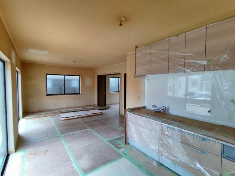 居間・リビング 【リフォーム中】リビングのキッチン側から撮影した写真となります。床は重ね張りし、壁クロスと天井は新しく張り替えます。キッチンも新しくハウステックさんの商品を設置しております。
