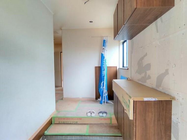 玄関 【リフォーム中】玄関ホールの写真です。永大さんの新しいシューズBOXも設置ずみで、より完成度がイメージしやすくなってきました。床も張替、壁・天井クロスも新しく張り替えます。お家全体の照明も設置しお渡しいたしますのでご用意していただく手間が省けますね