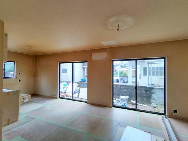居間・リビング 【リフォーム中】リビングのお部屋を別角度で撮影しました。最近の新築は予算の関係などから窓を小さくしたり、あまり設置しない傾向があります。そういった意味では中古物件のお家は窓がたくさんついており、風通しのいいお家が多いです。リビングもお庭よりのほうに大きな窓がついていますのでそこまで外も気になりません。