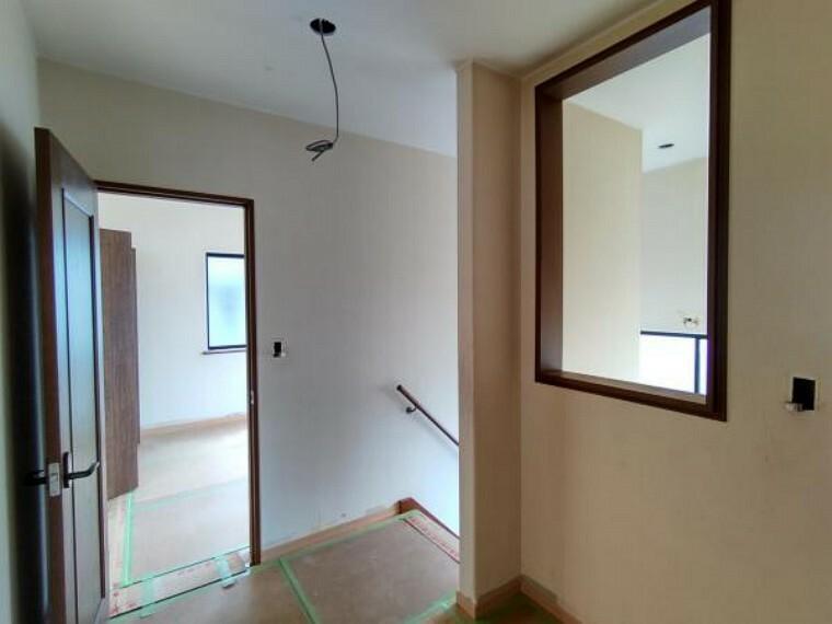 【リフォーム中】2階階段上廊下です。光採りがもともとついています。階段に窓もございます。床、壁クロス、天井はすべて新しいものへ張替予定です。
