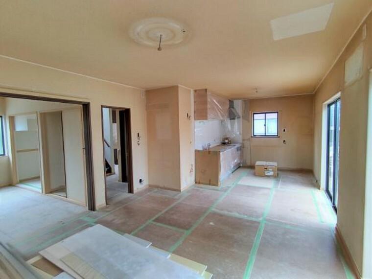 居間・リビング 【リフォーム中】1階リビング別角度からの写真です。広く明るいリビングです。和室のお部屋と引戸で仕切ることも可能です。