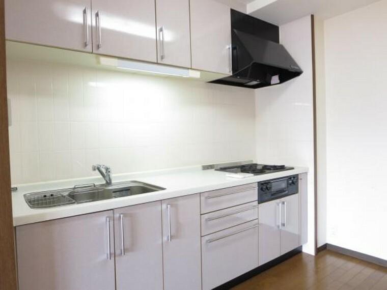 キッチン キッチンです。ガスコンロは3口仕様なので日々の料理にも力が入りそうですね。シンク左手には給湯リモコンが設置されております。