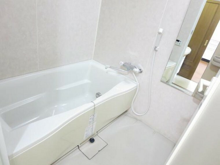 浴室 ユニットバスです。鏡、収納棚付き。給湯リモコンもありますので、ワンタッチでお湯張りができますよ。