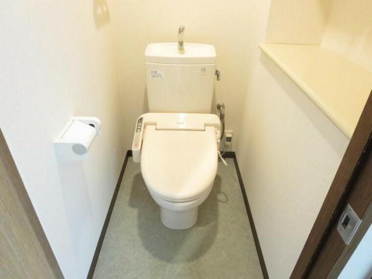 トイレ トイレは温水洗浄機能付きです。冬場でもお尻がヒヤッとしません。座って左手側にはちょっとした物置スペースがあります。予備のペーパー置き場としてはもちろん、お花や雑貨品を飾ったり本棚にするのもいいかも。