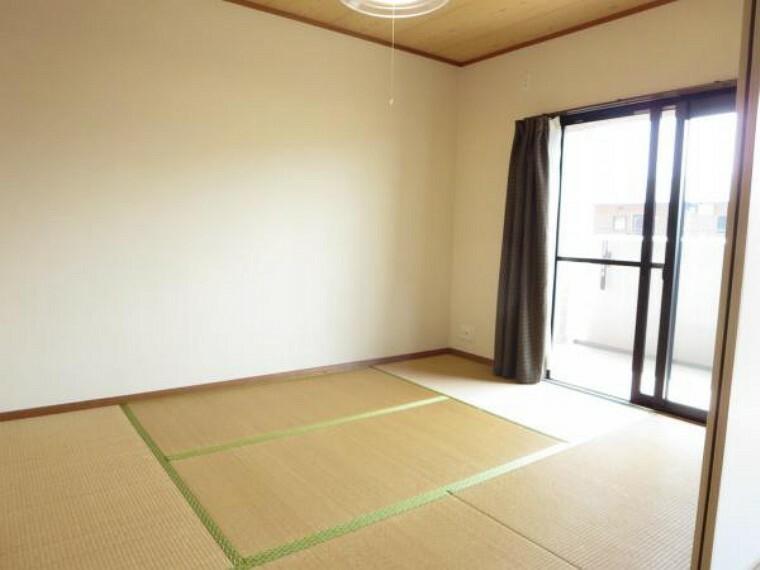 6帖の和室です。南側窓で日当たり良好。LDK横のお部屋なので扉を開放すればリビングの一部としても使用可能ですよ。