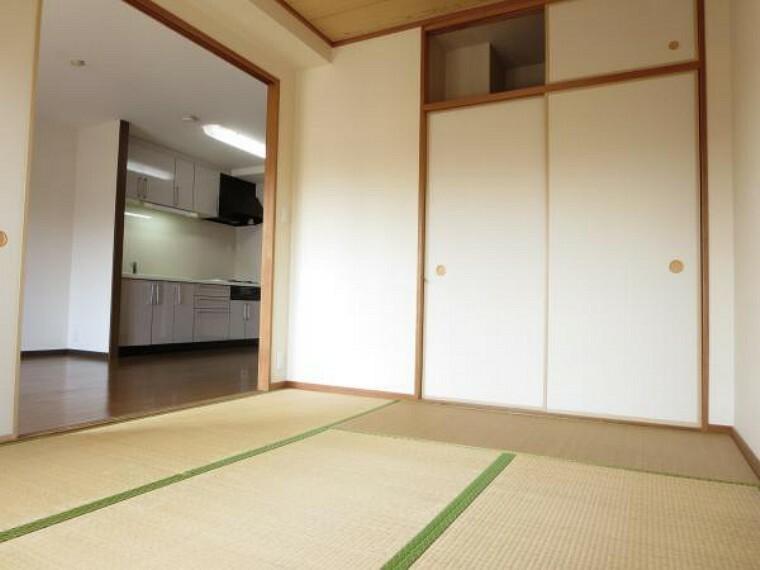 6帖の和室には押入がありますので布団や衣類などスッキリと片付きます。