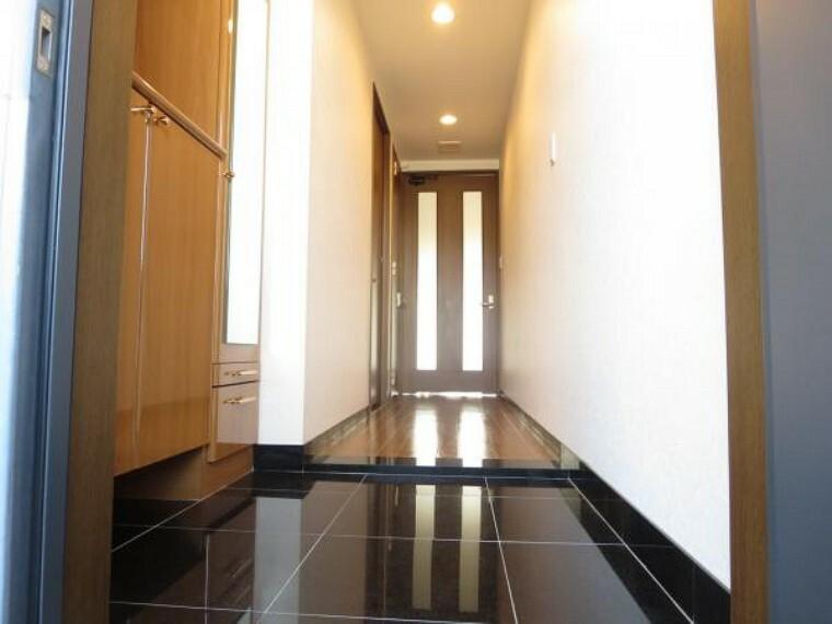 玄関 玄関床のタイルは光を反射し高級感のある造り。お家に帰るのが楽しみになりますね。