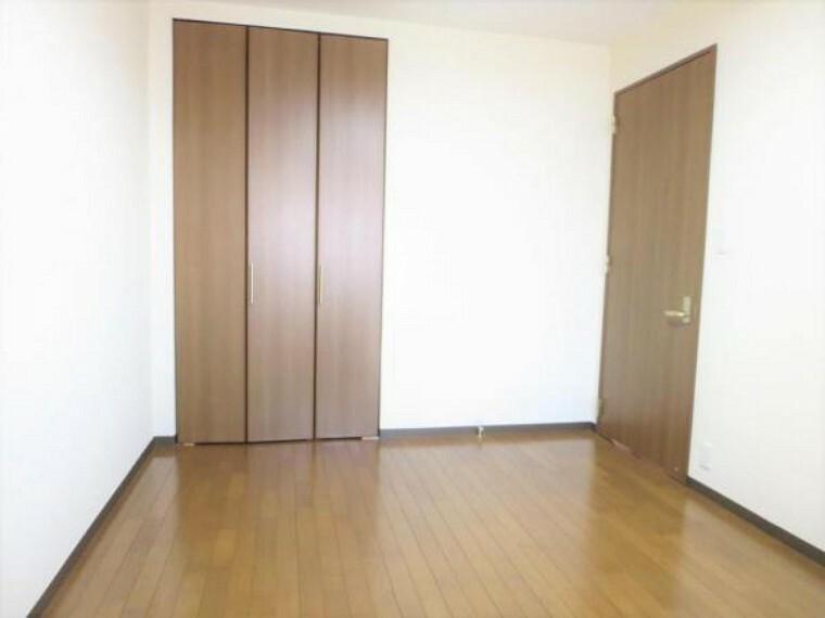 5.25帖の洋室にはパイプハンガー仕様のクローゼット付きです。衣服もサッと掛けられて便利ですよ。