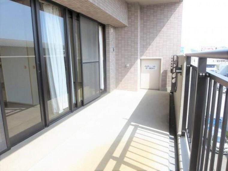 バルコニー バルコニーは南向きで日当たり良好です。壁付けの物干しが設置されております。