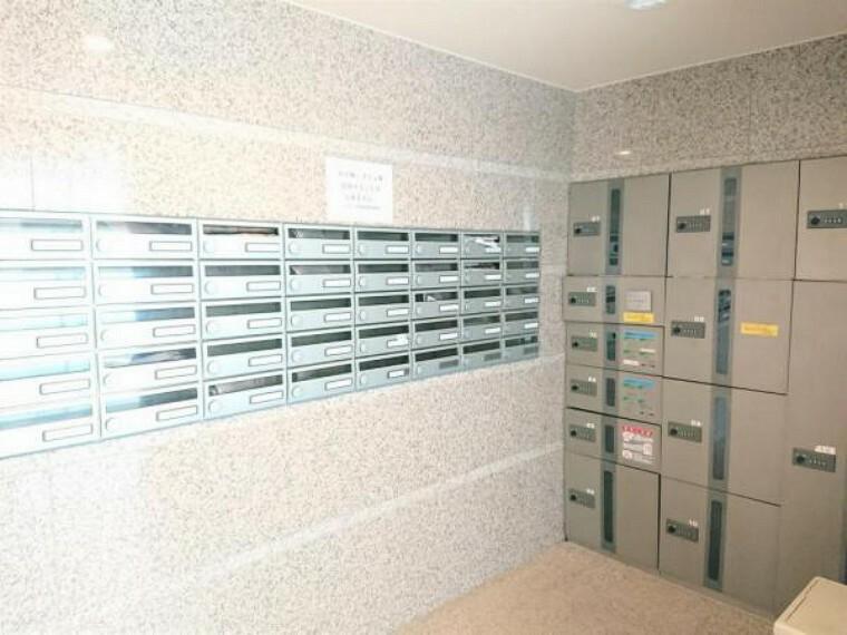 集合ポストです。各ポストにはダイヤル式の鍵が付いております。宅配ボックスも設置されておりますので、不在がちな方もちゃんと荷物を受け取ることができます。