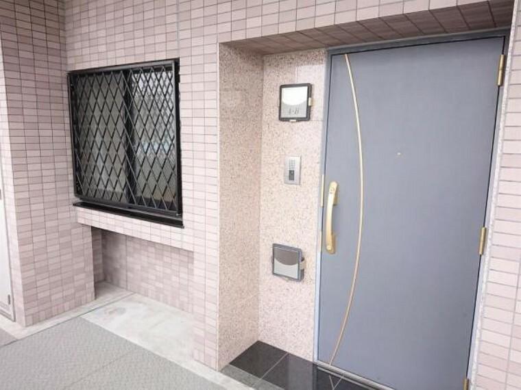 玄関 玄関ドアの取っ手は縦型タイプで掴みやすいですよ。