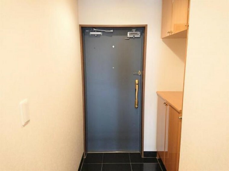 玄関 玄関扉はブルーグレイ系のお色。ゴールドのドア取っ手、床タイルとのバランスがいい感じです。