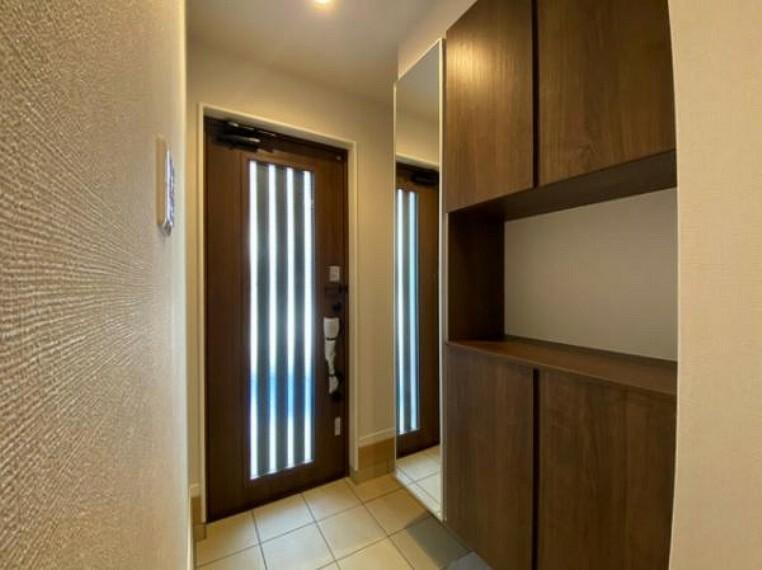 玄関 玄関収納があるので、来客時も玄関がスッキリ片付きますね