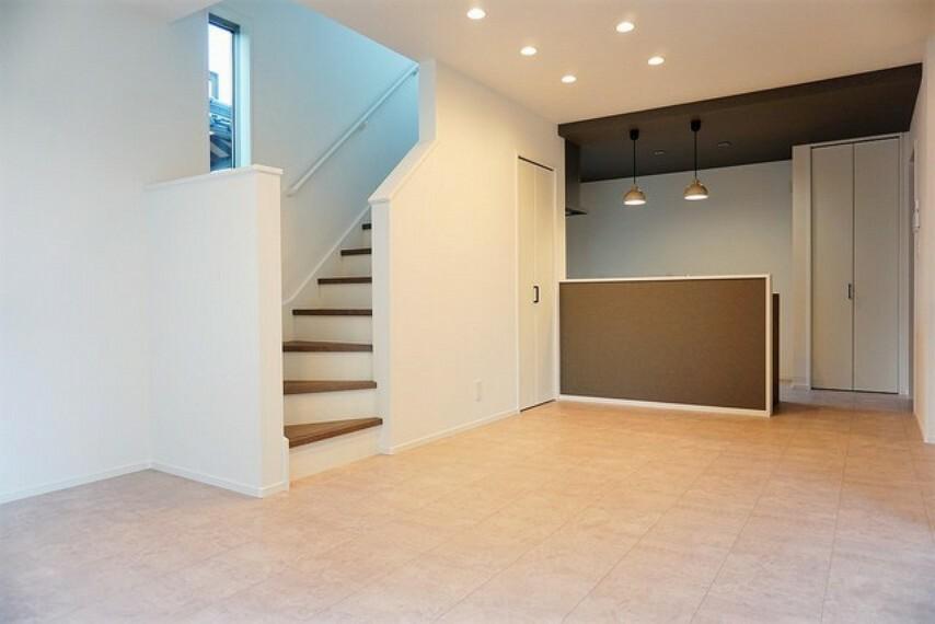 居間・リビング おしゃれで過ごしやすいリビングです。対面式キッチンを中心としたリビングダイニングで家族の会話が弾みそうです^^