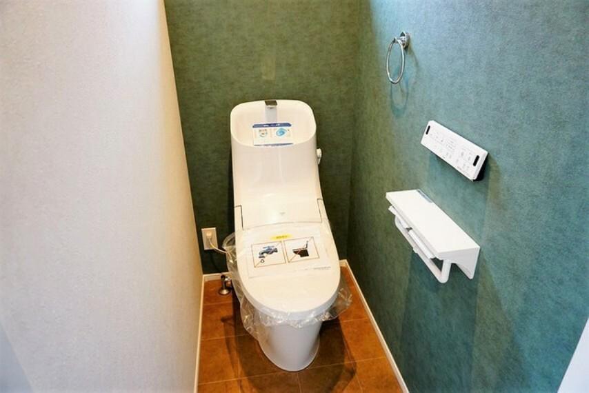 トイレ 温水洗浄機付トイレです。節水機能もあるので、安心して使えますね。もちろん、1階2階の2ヶ所にトイレがあるので、忙しい朝にもゆとりができますね。