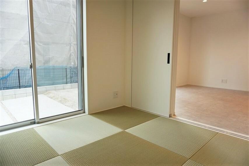 居間・リビング リビングからの続き間として和室をご用意しました。普段はリビングとつなげて開放的なスペースとして。来客時には客間としてお使いいただけます。