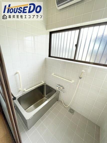 浴室 大きな窓があるので、換気もばっちり  圧迫感がなく明るく開放的になるので、お風呂好きさんにはもってこいです  手すり付きで、転倒防止にもなりますね