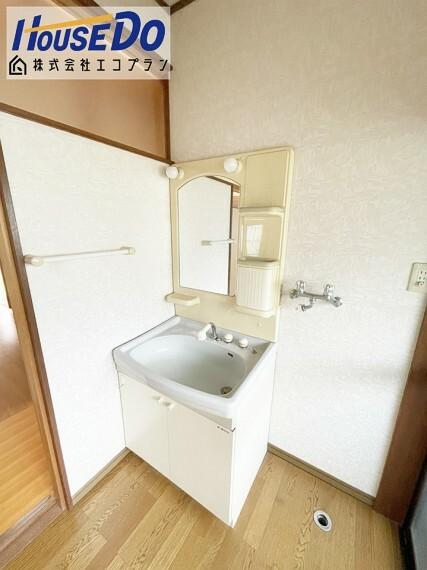 洗面化粧台 お掃除のしやすい洗面台です  収納スペースもしっかりあるので、 洗剤の買い置き等重宝しますね