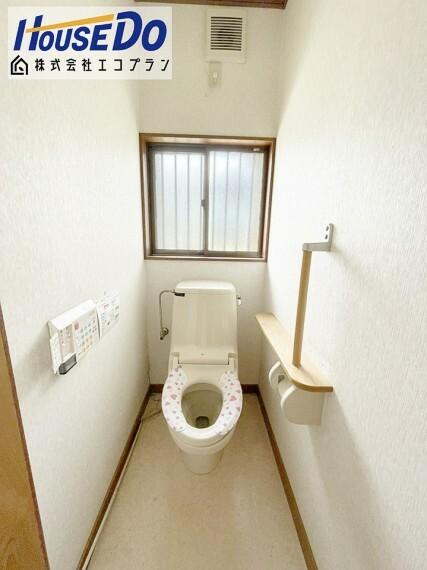 トイレ トイレには手すりがついており、 ぎっくり腰になっても安心です  背面に窓があるので、光を沢山取り入れることのできる明るいトイレになっております