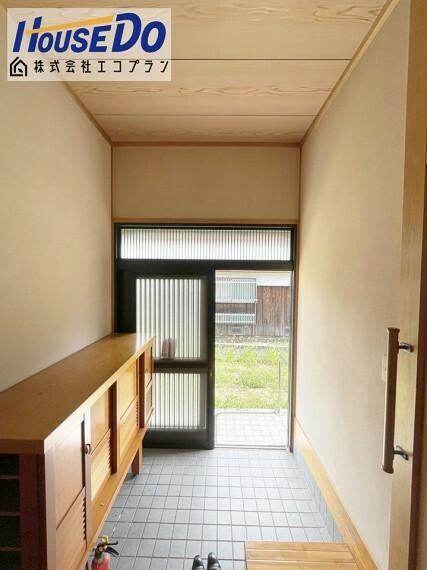玄関 玄関は引き戸で少ないスペースで広い入口を取ることができる使い勝手の良い構造になっています  バリアフリーに最適なドアになっております  玄関にも手すりがついているので、転倒防止ですね