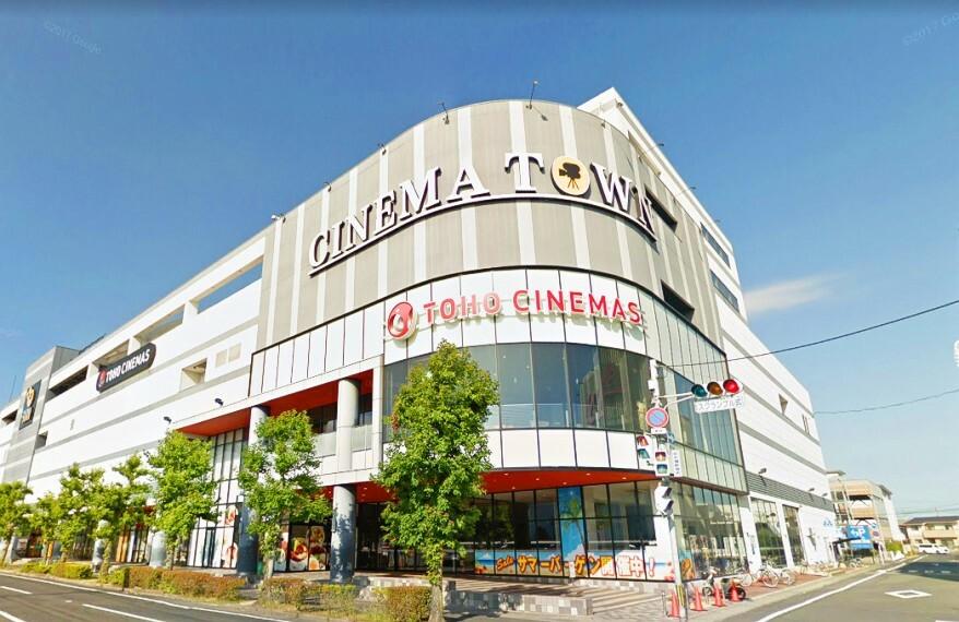 ショッピングセンター 1階にはファッションエリア、グルメエリアがあり、2階にはTOHOシネマズがあります!無料駐車場なんと1900台!!
