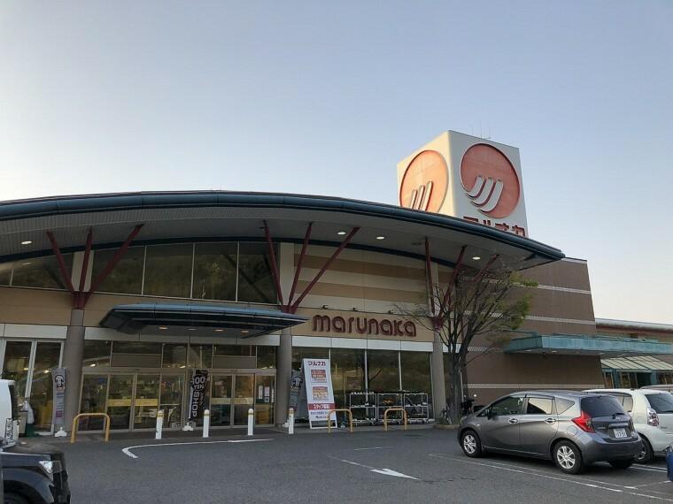 スーパー 営業時間は9:00~21:00です!レジ袋無料配布 100円ショップも中に入っています!