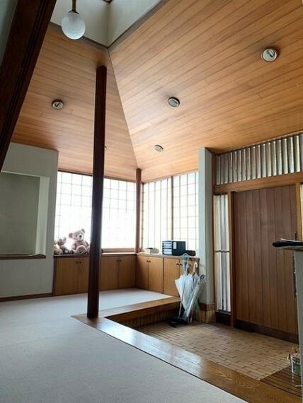 玄関 広々とした玄関から廊下部分。吹抜けのため、明るさと開放感があります!