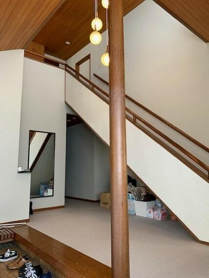 吹き抜けのある明るい階段。玄関から2Fへダイレクトに上がれます