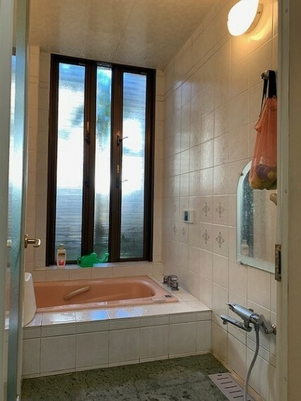 浴室 窓もあり明るく換気も出来るバスルーム! とてもキレイにお使いです。