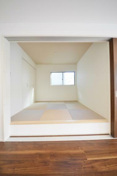 和室 リビングに併設された4.5帖の和室