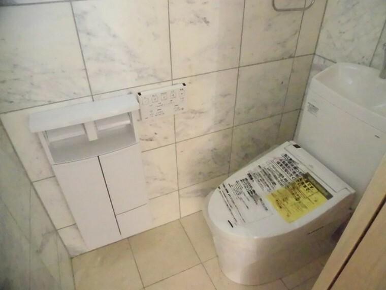 トイレ お掃除らくらく。便座脇の操作盤をなくした、リモコンタイプのお手洗い。