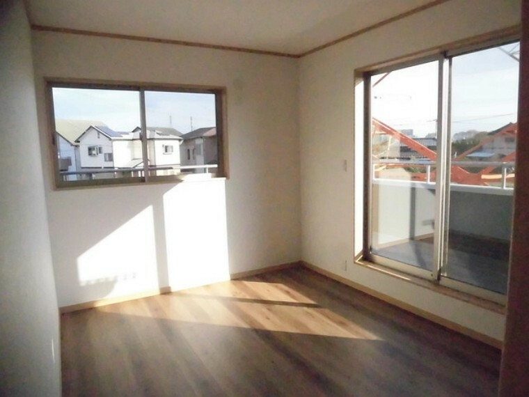 洋室 住宅街の2階南向きのお部屋です。日当たりはご覧のとおり。