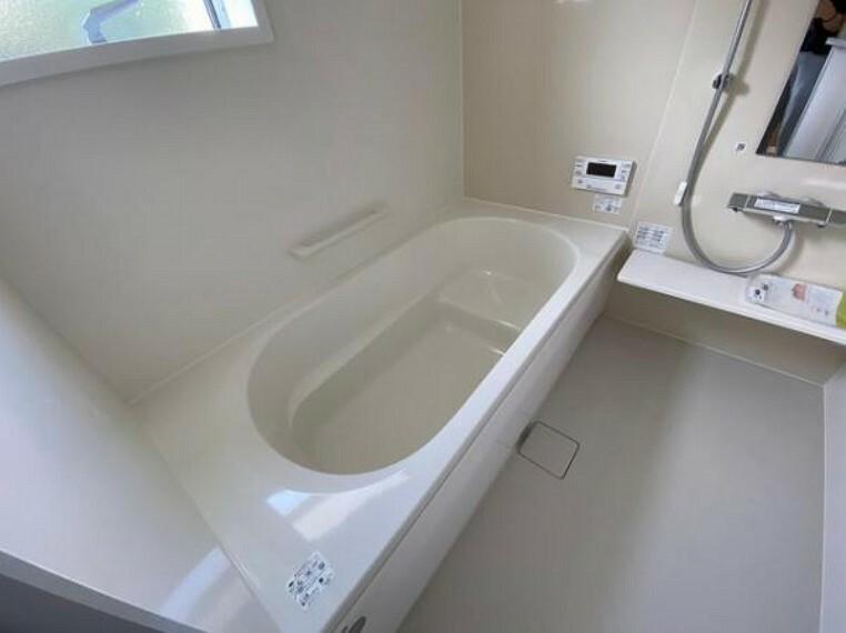 浴室 \同仕様写真/浴槽は環境にやさしい節水タイプを採用。浴槽内ステップで半身浴や親子入浴も楽しめるので、毎日のバスタイムをエコで素敵に演出してくれる小窓付きの浴室です