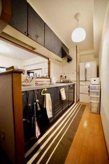 キッチン リビングを一望できるキッチン!換気扇、ガスコンロのみの交換でリフォームを安くすることもできます!