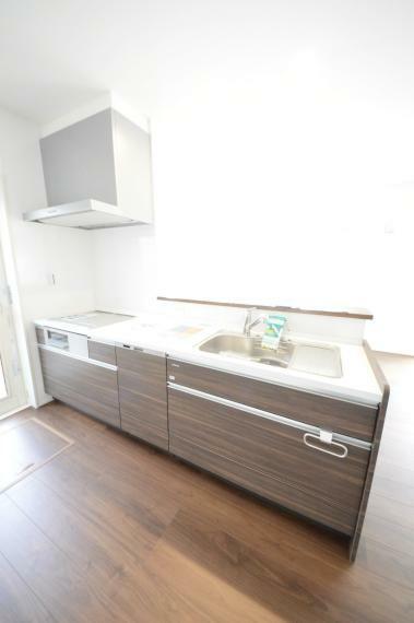 キッチン 人造大理石天板使用のシステムキッチン