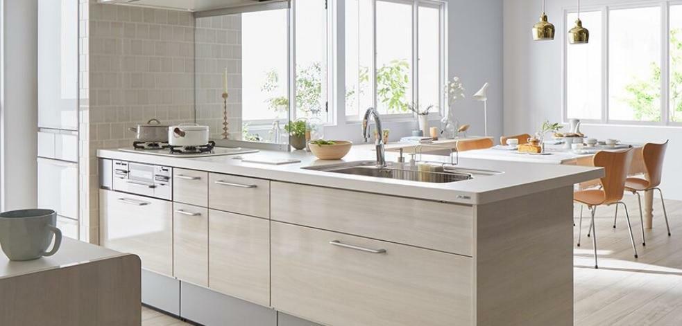 ダイニングキッチン 【同仕様】システムキッチン お子様が遊んでる姿を見ながら料理にも集中できます。 (照明器具、テーブル等は含みません。)