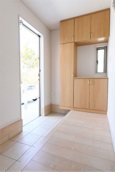 玄関 ファミリー向けの安心の広さの玄関。大型のシューズクローゼット完備です。