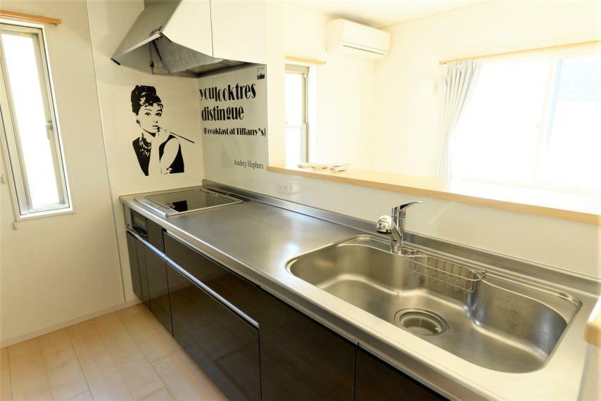 キッチン コンロはお掃除も火加減も簡単なIHクッキングヒーター仕様。稀代の名女優が見守っています。