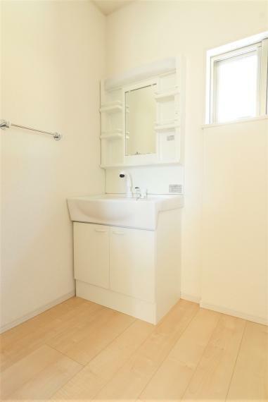 洗面化粧台 お手入れしやすいシャワー機能付洗面化粧台。大きな鏡で朝の準備もスムーズにできます。