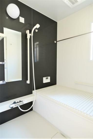 浴室 浴室暖房乾燥機つきで雨の日や花粉の多い季節でも浴室で洗濯物を干すことができます。