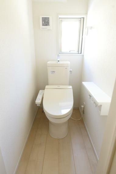 トイレ 小窓があり明るく通気性のあるトイレ。暖房便座、ウォシュレット付きで快適にお使いいただけます。